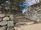 本丸上段へ続く階段と櫓跡…