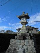 城址碑の隣にある燈籠…