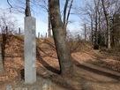 本丸址石碑と土塁