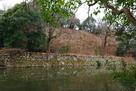 帯郭と本丸石垣を、桜堀北東岸から…