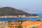 城址の山を大桑島の展望台から…