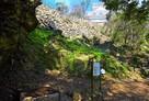 本丸井戸跡と石垣…