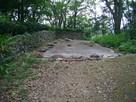 石垣と平面復元建物址…