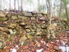 南西尾根にある石積み…