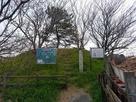 本丸跡に建つ城址碑と説明板…