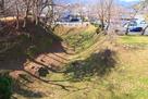 本丸土塁と空堀を南東から…
