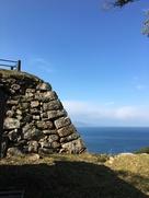 洲本城の石垣と海…