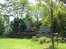 南海大地震記念碑と裏の土塁…