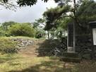 城跡碑と模擬石垣…