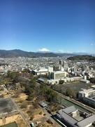 県庁別館展望台より東御門(復元)と富士山…