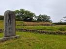 天守台跡と城跡碑…