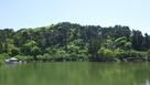 竜ヶ池から見た須田城跡…