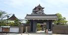 天守(博物館)と門…