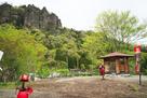 密岩神社から岩櫃山を望む…