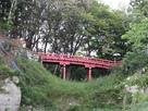本丸と丸土張りに架かる赤橋…
