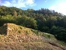 夕陽を浴びた米蔵跡の石垣…