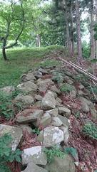 昇り石垣のような遺構…