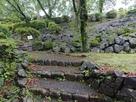 本丸南側の滑り落ちた石垣…