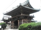 常観寺の門を斜め横から望む