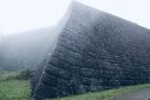 霧のかかる高石垣…