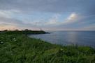 東側の岬から灯台方向…