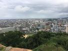 天守台から市街地を見る…