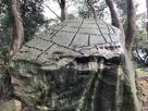 矢穴の残る巨石(指月山詰丸跡)…