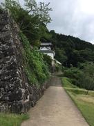 登城門を抜け、二の丸高石垣から隅櫓を見る…