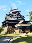 青空に映える松江城…