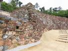 城門跡付近から、復元石積みの曲面…