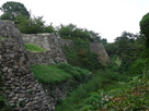 南から眺める白澤門跡の石垣…
