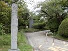 石碑と城址入口…