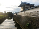 橋爪門の木橋から見る水堀と海鼠壁の土塀…
