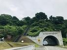 入口の階段とトンネル…