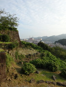 松ノ丸の石垣と新宮市街…