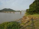 水ノ手の港跡の石垣と熊野川…