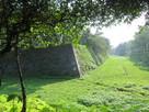 二の丸石垣と空堀(西南隅より)…