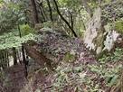 岩の間を通って鳥居ヶ丸北の堀切に…