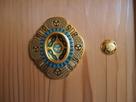 板戸、引き手の装飾金具…