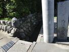 電柱の隣の石碑…
