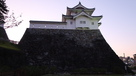 夕暮れ時の稲荷櫓と高石垣