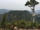 詰の丸にある音声説明機と高山城全景