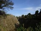 深い堀と高い石垣…