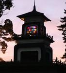 夕暮れ時の尾山神社神門…
