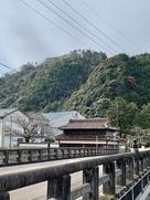 みゆき橋越しの馬場先櫓と山頂の石垣…