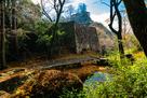 北門脇の池越しに見た大矢倉石垣と本丸