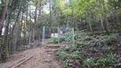 黒井城登山道のフェンス…