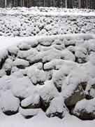 雪が重なる石垣…