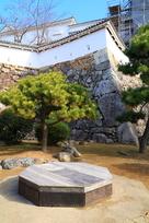 三の丸北部にある井戸跡と石垣…