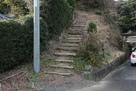 下の登り口の階段…